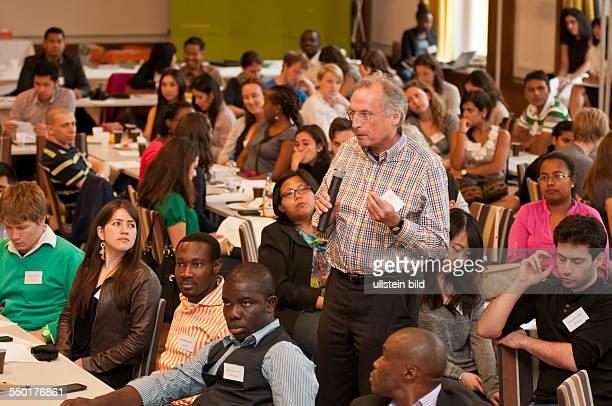 Prof Dr Manfred Nitsch LateinamerikaInstitut der Freien Universität Berlin bei einer Diskussion mit internationalen Studenten während der dreitägigen...