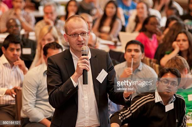 Prof Dr Utz Dornberger von der Universität Leipzig bei einer Diskussion mit internationalen Studenten während der dreitägigen Summer School 2013 im...