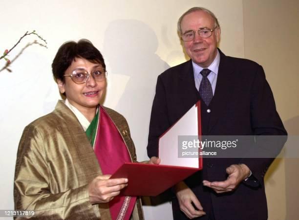 Prof. Ernst-Ludwig Winnacker, Präsident der Deutschen Forschungsgemeinschaft, überreicht am 10.2.2000 im Wissenschaftszentrum Bonn die Urkunde zum...