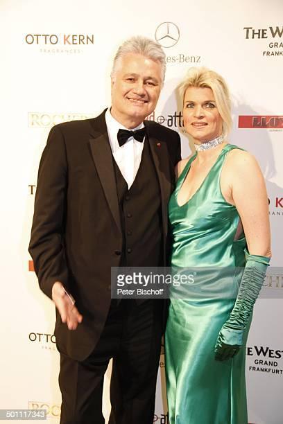 "Prof. Guido Knopp, Ehefrau Gabriella, Gala 29. ""Deutscher Opernball"" 2011 ""Alte Oper"", Frankfurt, Hessen, Deutschland, Europa, Sponsorenwand, Logo,..."