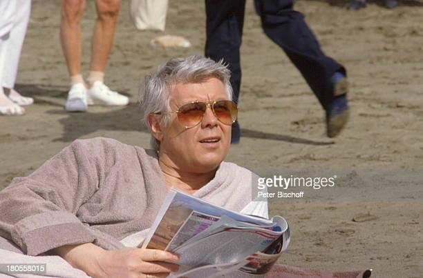 """Prof. Peter Weck, ZDF-Serie, """"Ich heirate;eine Familie"""", Gran Canaria, Spanien,;Illustrierte, Sonnenbrille, Strand, Urlaub,"""