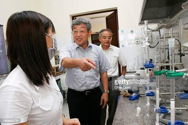 Prof Yasuaki Maeda a JICA expert center and chief advisor Yamamoto Mitshuhiro watch one of their Vietnamese colleagues Nguyen Phuong Mai working at...