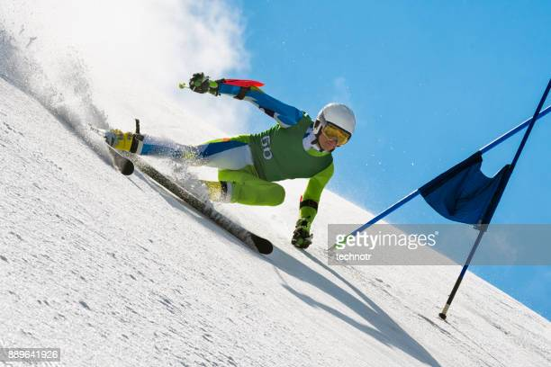 Skieuse Alpine Compeeting au slalom géant contre le ciel bleu