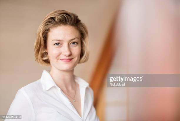 プロフェッショナルで意欲的 - 白いシャツ 女性 ストックフォトと画像