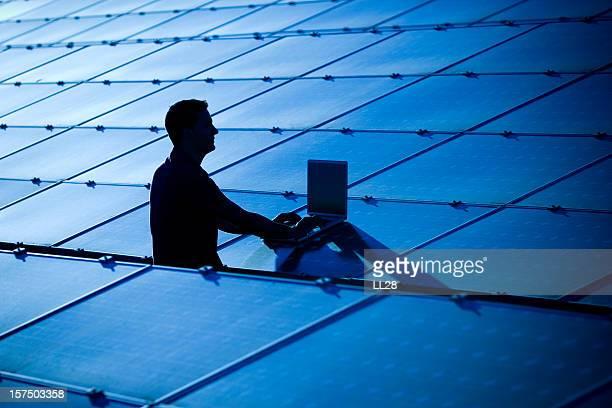 Professionelle in einem photovoltaic farm