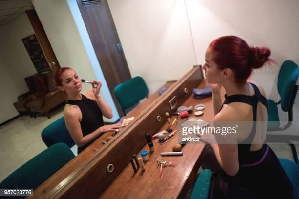 プロのバレリーナの楽屋で彼女の顔にメイクを適用 - 舞台化粧 ストックフォトと画像