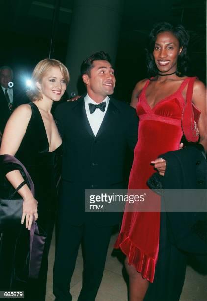 Professional boxer Oscar De La Hoya with his wife actress Shanna Moakler and female basketball player Lisa Lesley attend the Oscar De La Hoya...