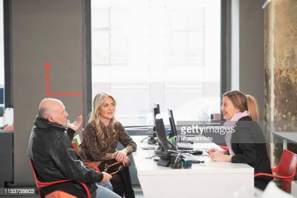 mulher de negócios profissional com cliente feliz. agência de viagens escritório serviço ao cliente interior moderno. - job centre - fotografias e filmes do acervo