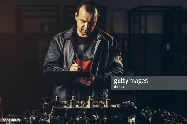 Professionnelle de garagiste réparation moteur V8 en atelier de réparation automobile