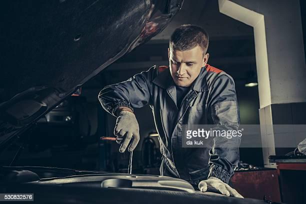 professional car mechanic working in auto repair service - machineonderdeel stockfoto's en -beelden