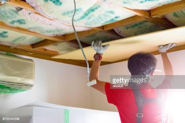 Professionele timmerman is de vaststelling van het plafond