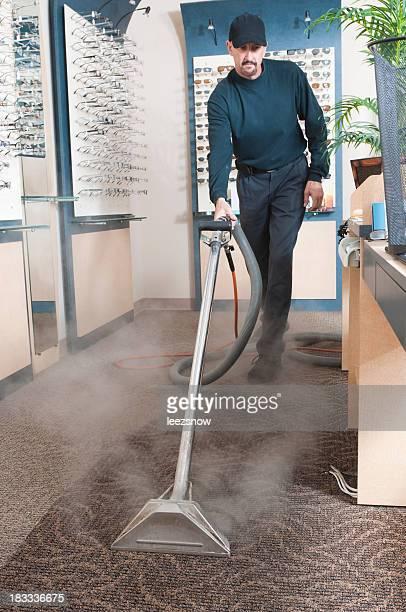 Limpiador profesional de la alfombra de vapor de limpieza hombre
