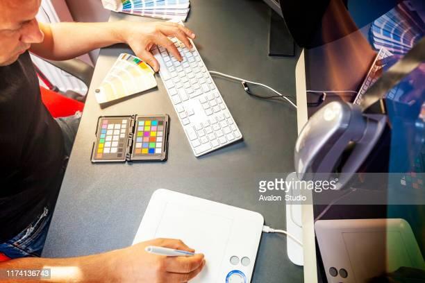 professionell dator grafisk formgivare kalibrerar datorskärmen - test match bildbanksfoton och bilder
