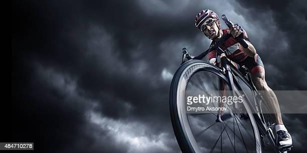 Professionelle Radfahrer unter stürmischen Himmel