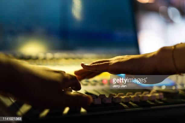 professional digital sound and recording console - produzent stock-fotos und bilder