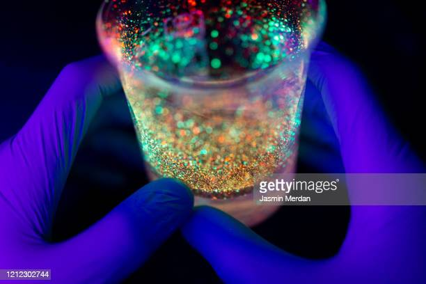 professional doctor or lab technician testing vibe of novel (new) corona virus in lab - gift hand stock-fotos und bilder
