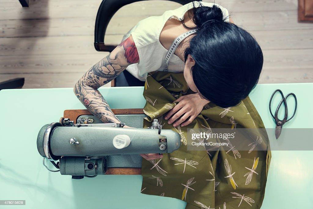 プロフェッショナル Dressmaker での作業 : ストックフォト