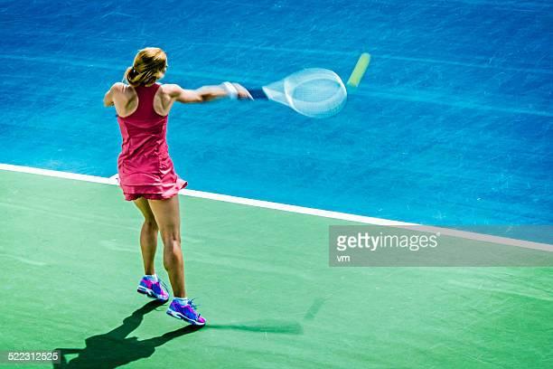 Hembra profesional jugador de tenis cercana a un volea