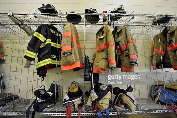 professional fire fighters' clothing & equipment - fire protection suit - fotografias e filmes do acervo