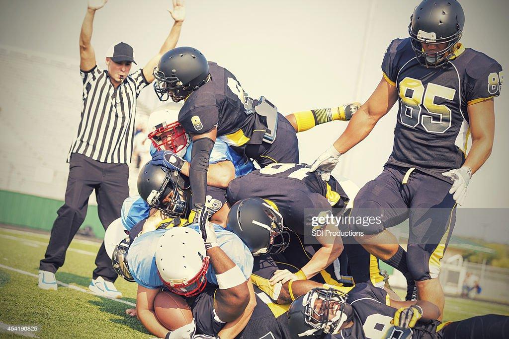 Jogadores de futebol profissional tocando os adversários durante o jogo : Foto de stock