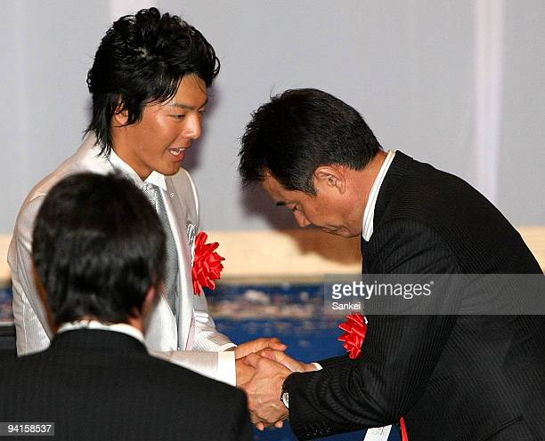 Professional golfer Ryo Ishikawa and Yomiuri Giants and Japan baseball national team head coach Tatsunori Hara shake hands during the Hochi...