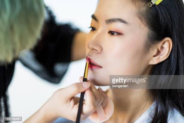 professionele make-up artiest werken - visagist stockfoto's en -beelden