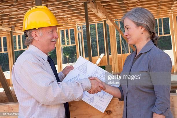 Professionelle Mann und Frau auf Baustelle (XXL