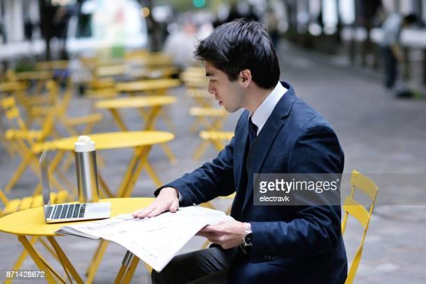 専門職の人が新聞を読む