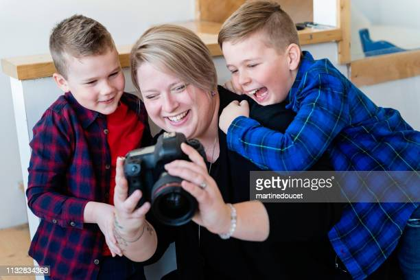 """professional photographer mother with her two sons. - """"martine doucet"""" or martinedoucet - fotografias e filmes do acervo"""