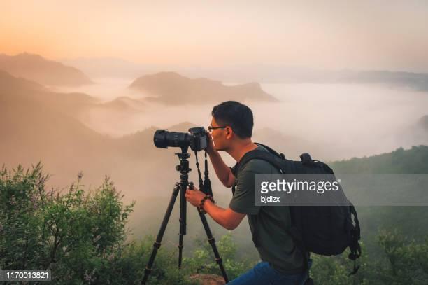 プロの写真家は、三脚にカメラで写真を撮ります - 三脚 ストックフォトと画像