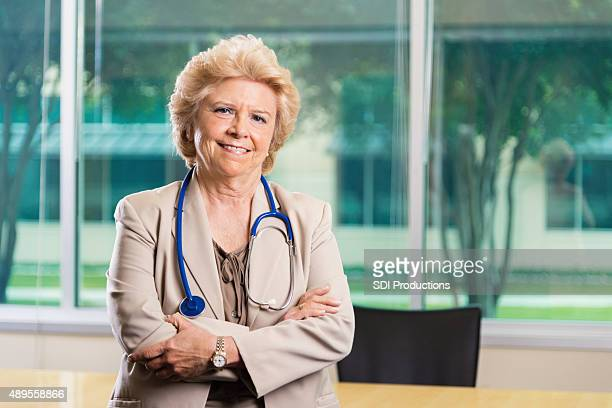 Profesional Retrato de mujer senior doctor en oficina