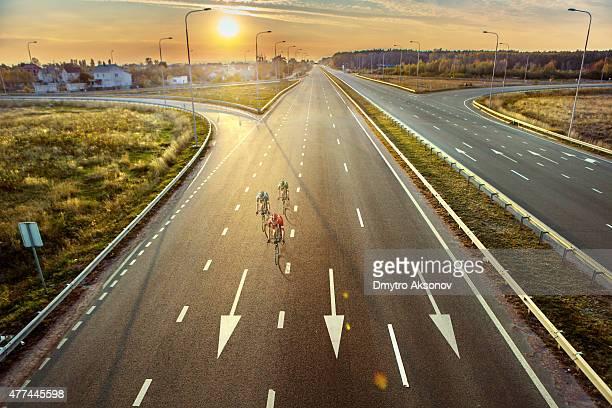 ciclisti di strada - solo un uomo foto e immagini stock
