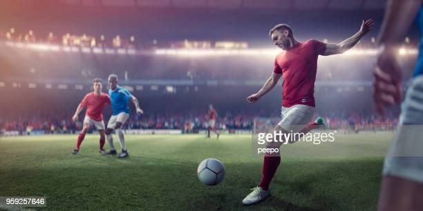 joueur de foot professionnel sur le point de lancer le football au cours du match de football - football photos et images de collection