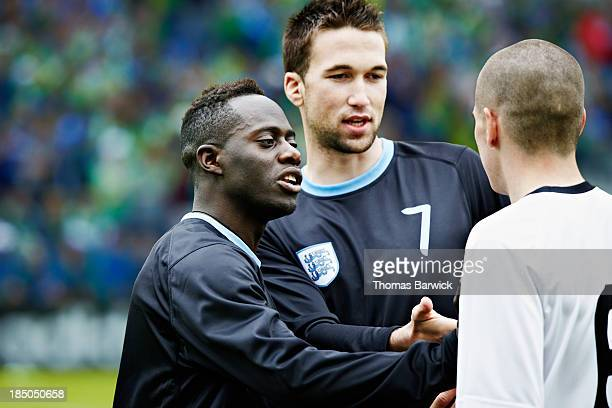 professional soccer players arguing during match - konfrontation stock-fotos und bilder