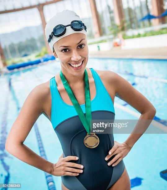 profissionais de natação ganhar uma medalha de ouro - medalha de ouro - fotografias e filmes do acervo
