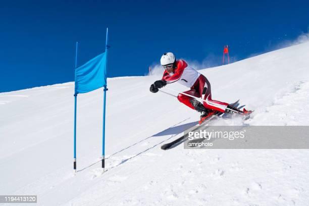 sports d'hiver professionnels, homme d'athlète pendant l'entraînement alpin de ski de super g - événement sportif d'hiver photos et images de collection