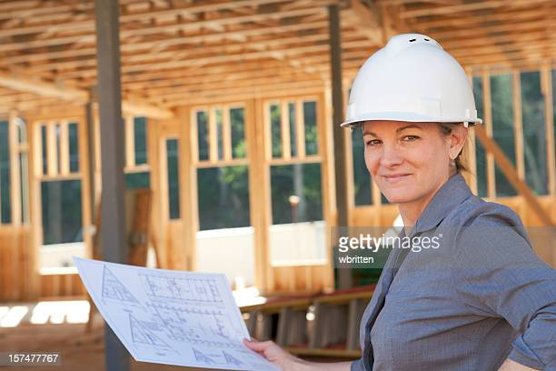 Femme professionnelle au chantier de construction (XXL
