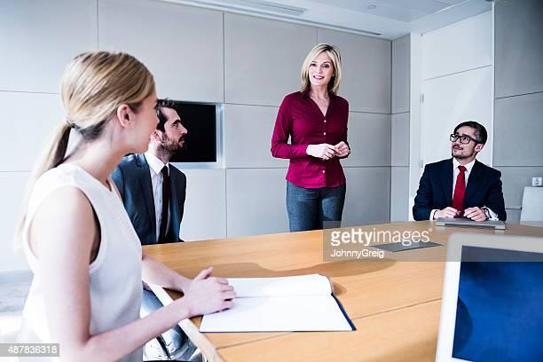 Profesional de mujer agarrando reuniones de negocios