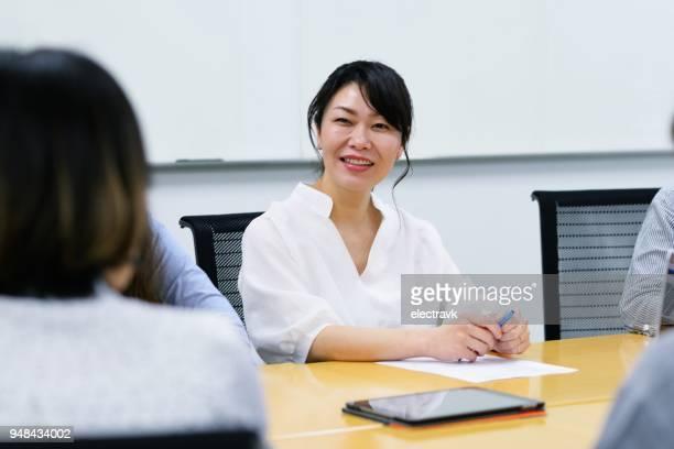 会議で専門職の女性 - リクルーター ストックフォトと画像