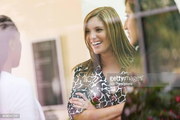 Des jeunes femmes d'avoir une discussion dans le bureau Hall
