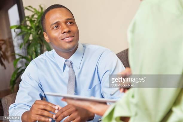 プロフェッショナルな若い男性のビジネスミーティングまたはカウンセリングセッション