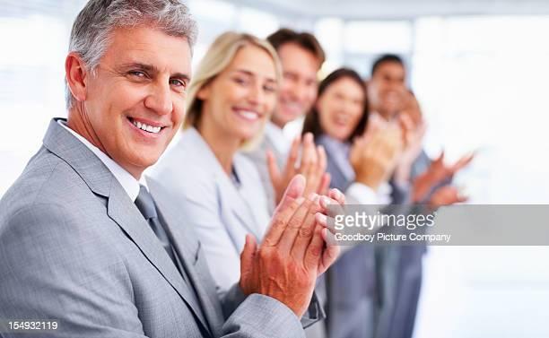 Profissionais de aplaudir durante uma reunião de negócios