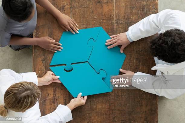 professionnels assemblant 3 pièce de puzzle par, vue aérienne - trois personnes photos et images de collection