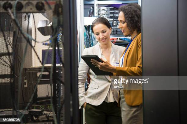 it professionals having meeting in server room - data center stock pictures, royalty-free photos & images
