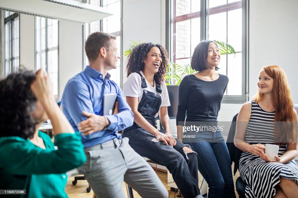Les professionnels riant lors d'une réunion : Photo