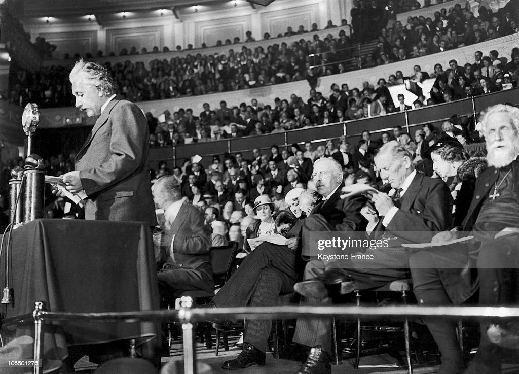 Albert Einstein In Royal Albert Hall Of London 1933 : News Photo