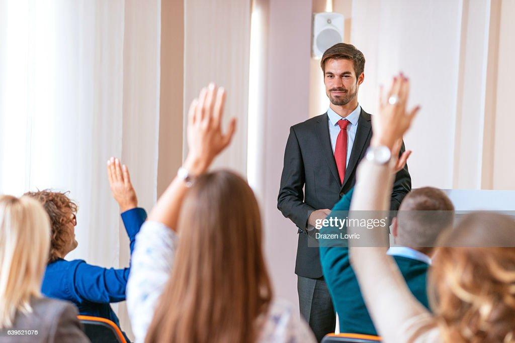 Professor auxiliar estudantes a falar de temas globais com : Foto de stock