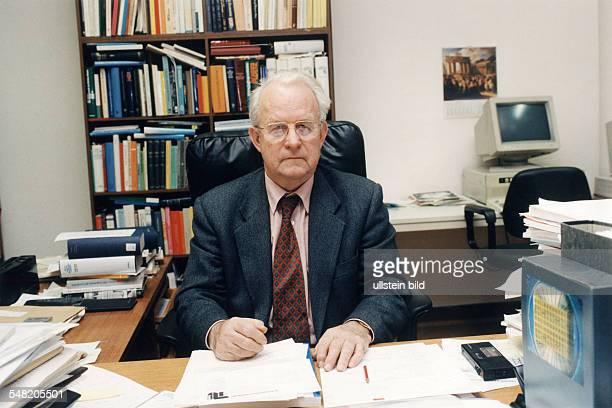 Professor für Wirtschafts und Sozialgeschichte der Freien Universität Berlin und Vorsitzender der Historischen Kommission Berlin an seinem...