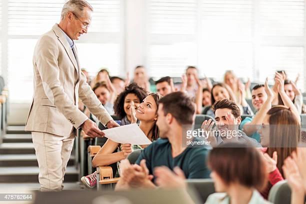 Professeur d'université donnant des résultats de test positif jeune étudiante.