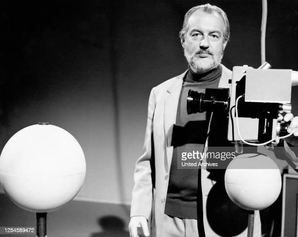 """Professor Hoimar von Ditfurth in der Folge """"Sirius"""" aus der ZDF-Reihe """"Querschnitt"""" am 15 Januar 1973."""